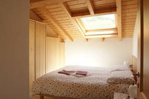 camera da letto mansarda - Chalet Al Lago - Alleghe - Appartamenti ...