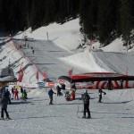 una pista da sci con i salti